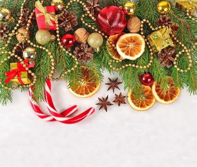Oranges et cônes séchés décorations de noël et branche de spruse sur fond blanc
