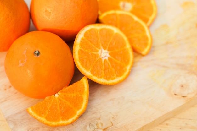 Oranges crues fraîches sur bois