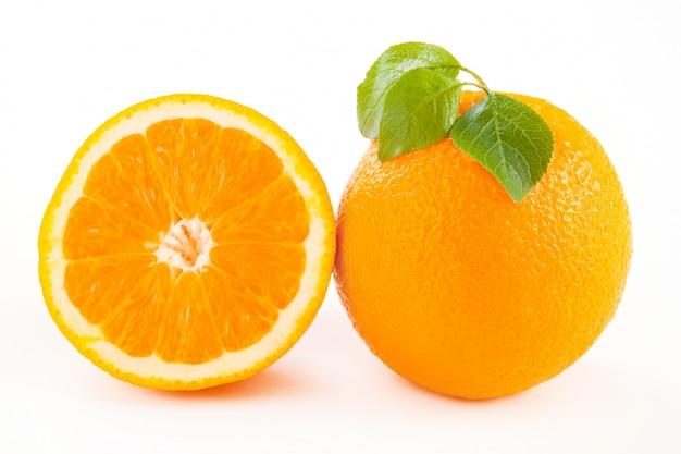 Oranges fraîchement coupées avec des feuilles