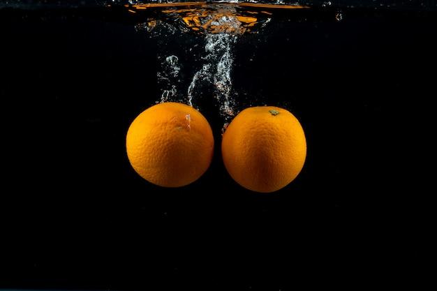 Oranges fraîches dans l'eau