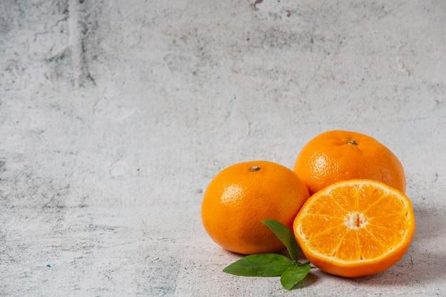 Oranges fraîches découpées sur fond blanc