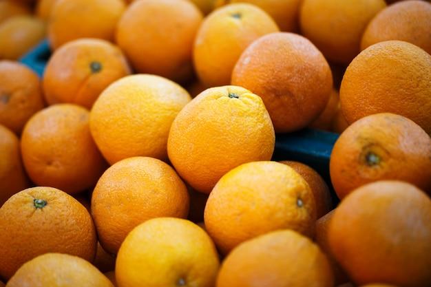 Oranges fraîches sur l'étal de marché
