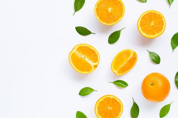 Oranges fraîches avec des feuilles