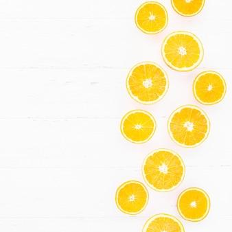 Oranges fraîches sur fond blanc