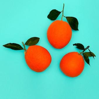 Oranges fraîches sur fond bleu. art minimal à plat