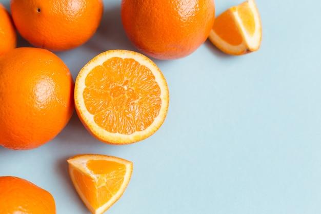 Oranges fraîches sur fond bleu