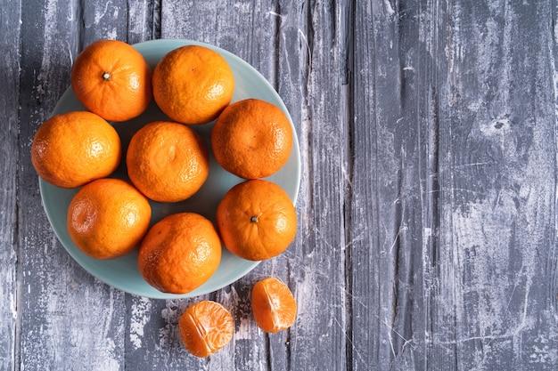 Oranges fraîches sur gris