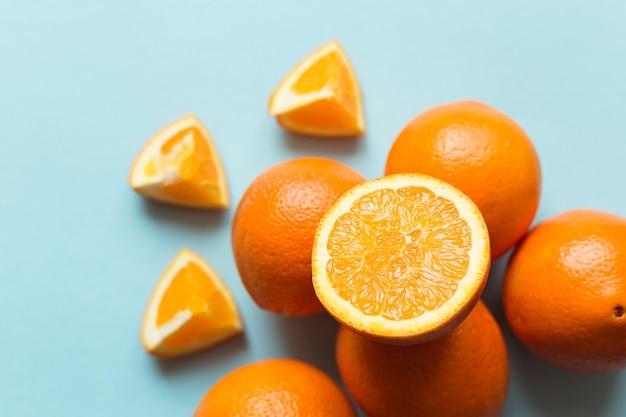 Oranges fraîches sur la surface bleue