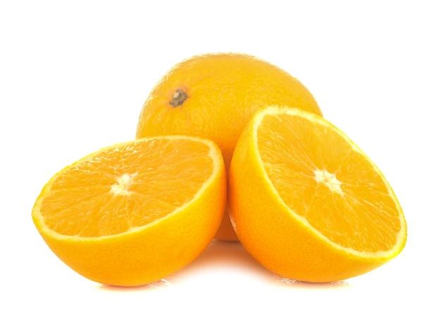 Oranges fraîches et tranches d'orange isolées