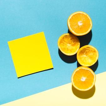 Oranges juteuses avec un morceau de papier