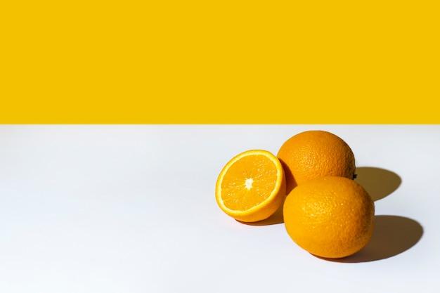 Des oranges à l'ombre d'un palmier et du soleil.