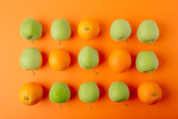 Oranges et pommes mûres fraîches juteuses