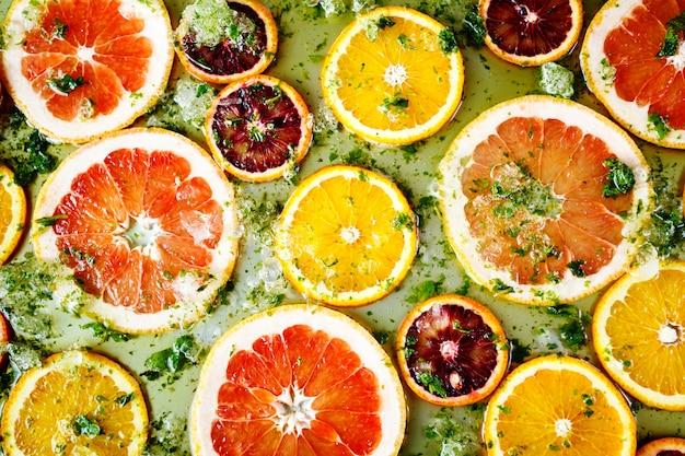 Oranges rouges mûres et pamplemousses coupées en rondelles