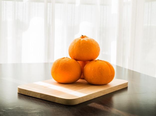 Oranges sur socle en bois