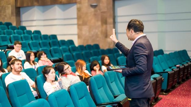 Orateur en classe parle de politique et de finance pour le groupe d'étudiants