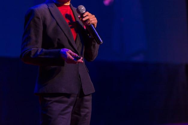 Orateur donnant une conférence dans une salle de conférence lors d'un événement professionnel. public à la salle de conférence.