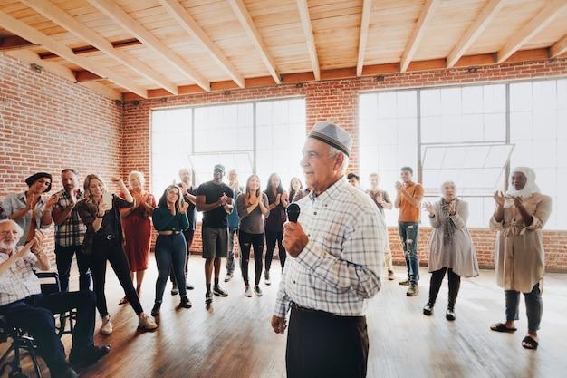 Orateur musulman âgé dans un atelier
