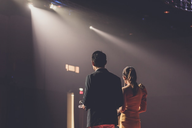 Orateur sur scène dans une salle de conférence