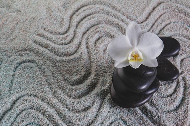 Orchidée et pierres sur serviette