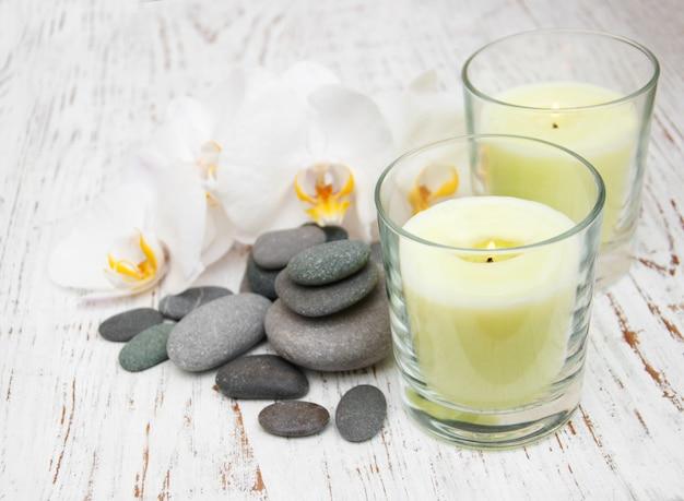 Orchidées blanches avec des pierres de massage