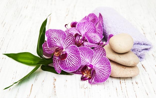 Orchidées et pierre de massage