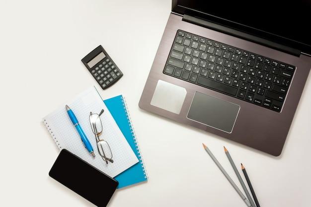 Ordinateur de bureau à domicile ordinateur portable smartphone bleu vue de dessus d'ordinateur portable