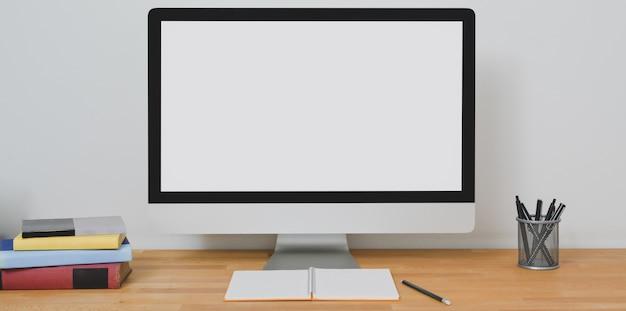 Ordinateur de bureau à écran blanc dans une pièce de bureau à la maison moderne avec fournitures de bureau
