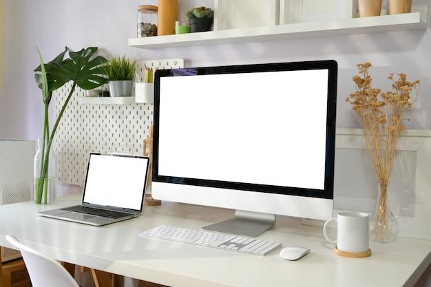 Ordinateur de bureau à écran blanc sur un espace de travail loft
