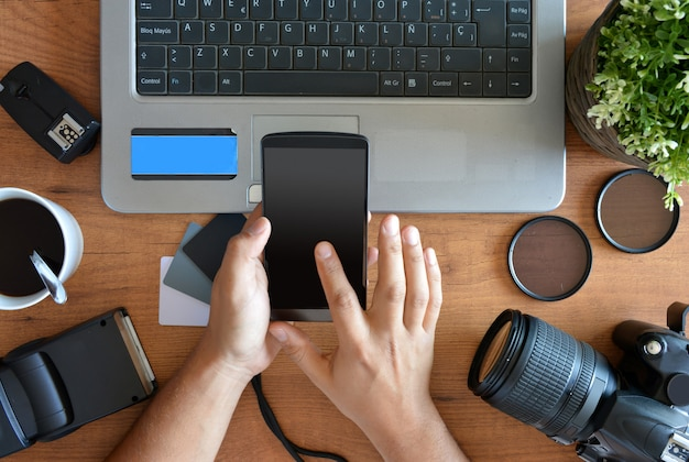 Ordinateur de bureau avec équipement de photographie, appareil photo, trépied, flash et ordinateur