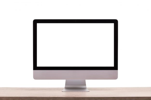 Ordinateur de bureau moderne sur une table en bois .. écran vide pour le montage d'affichage graphique