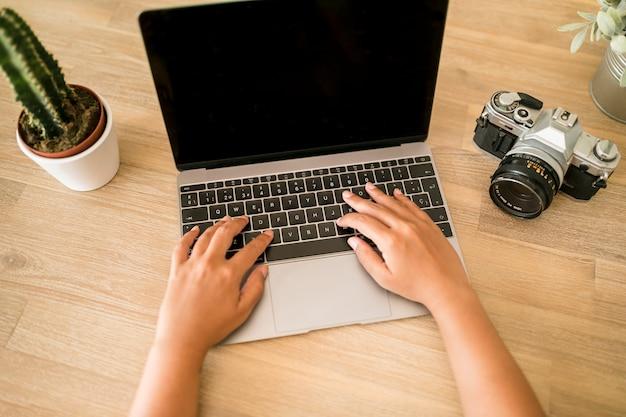Ordinateur de bureau avec ordinateur portable et appareil photo