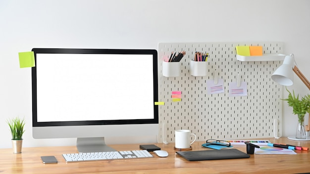 Ordinateur créatif d'espace de travail et accessoire élégant sur table en bois.