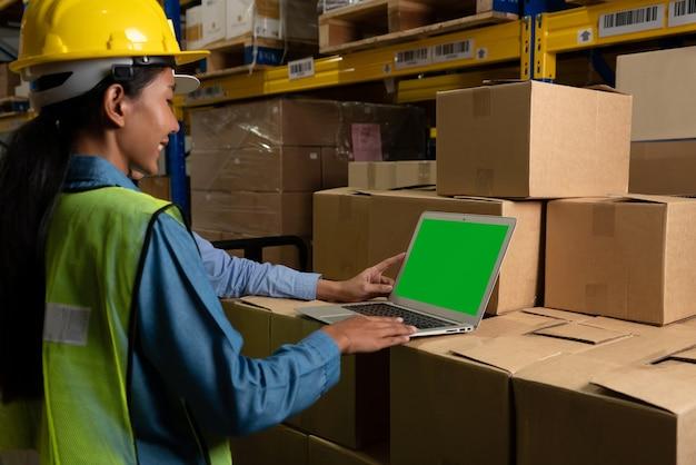 Ordinateur avec écran vert dans la salle de stockage de l'entrepôt