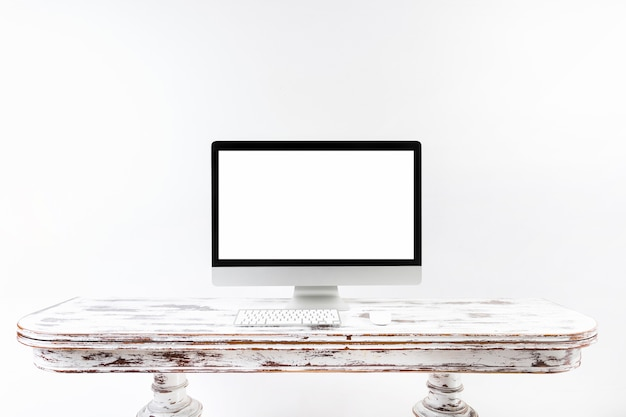 Ordinateur minimaliste, debout sur un bureau vintage