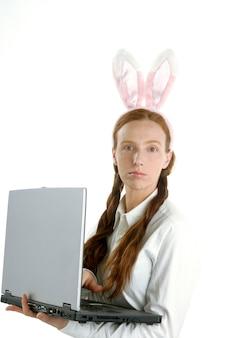 Ordinateur portable d'affaires, humour et oreilles de lapin