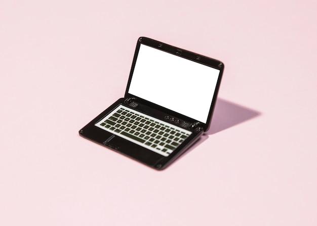 Ordinateur portable à angle élevé sur fond rose