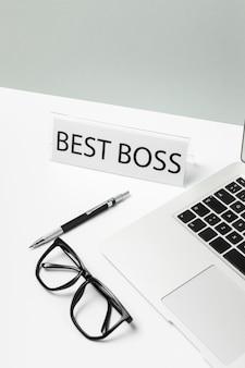 Ordinateur portable à angle élevé et meilleur message de patron