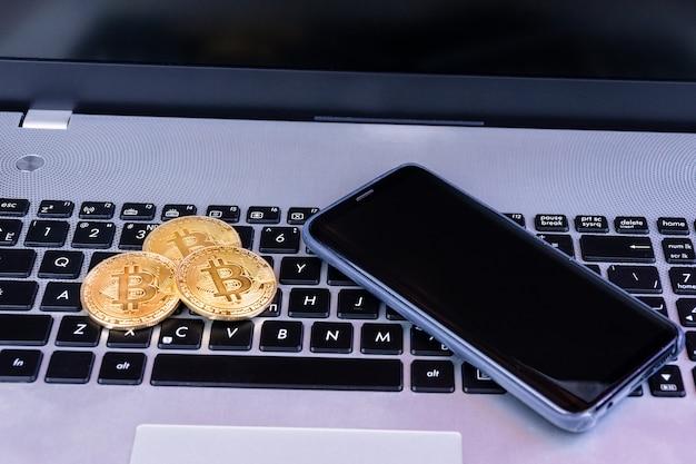 Ordinateur portable avec de l'argent et bitcoin