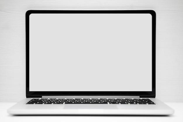 Ordinateur portable argenté avec une place pour la maquette, copie espace sur fond blanc.