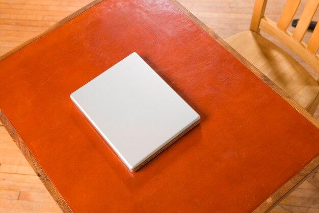 Ordinateur portable assis sur le bureau