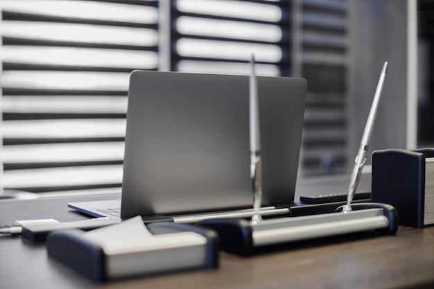 Ordinateur portable au bureau. lieu de travail professionnel pour le chef, le patron ou d'autres employés. ordinateur portable sur la table de travail.