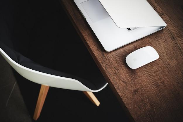 Ordinateur portable blanc sur le bureau