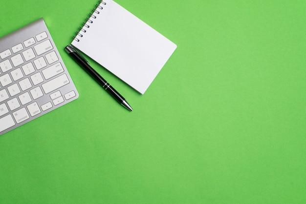 Ordinateur portable avec bloc-notes et stylo