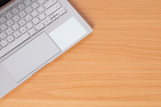 Ordinateur portable sur bureau avec espace de copie.