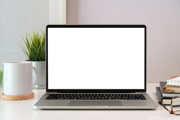Ordinateur portable sur le bureau de l'espace de travail en bois blanc