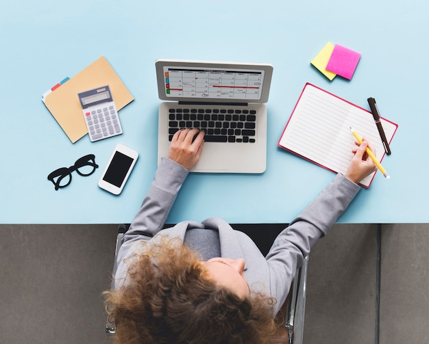 Ordinateur portable calendrier calendrier concept de bureau