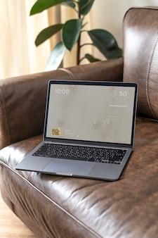 Ordinateur portable sur un canapé en cuir