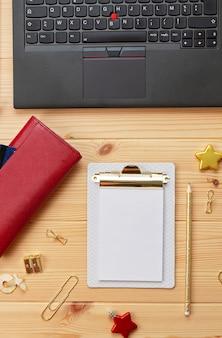 Ordinateur portable, cartes de crédit, sac à main et décoration de noël. achats de noël en ligne, achat de cadeaux