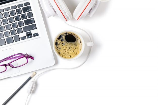 Ordinateur portable et casque avec café noir isolé
