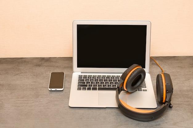 Ordinateur portable, casque et téléphone intelligent. lieu de travail